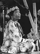Mak Minah, Temuan ceremonial singer (photo: Roland Takeshi)